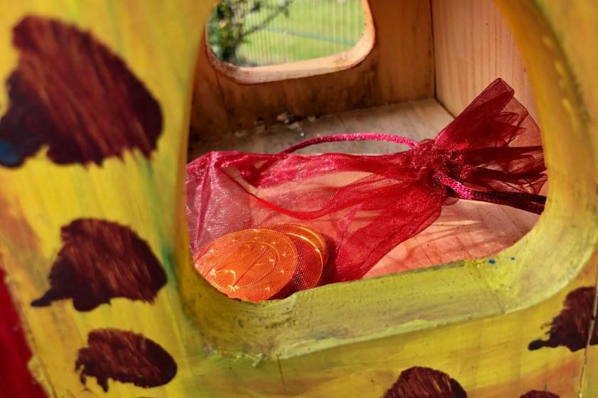 Schatz im Vogelhaus versteckt