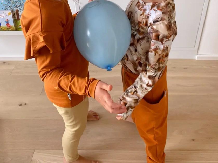 Bewegungsspiele Wohnzimmer Luftballontanz