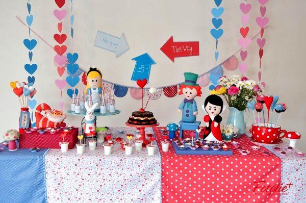 Uma mesa decorada com o kit Alice no País das Maravilhas