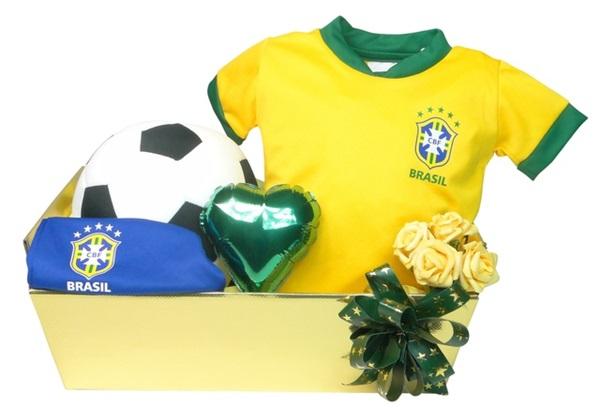 Kit Minha Primeira Copa do Mundo: vem com uma camiseta do Brasil com nº 10 estampado, um short, uma bola de pelúcia