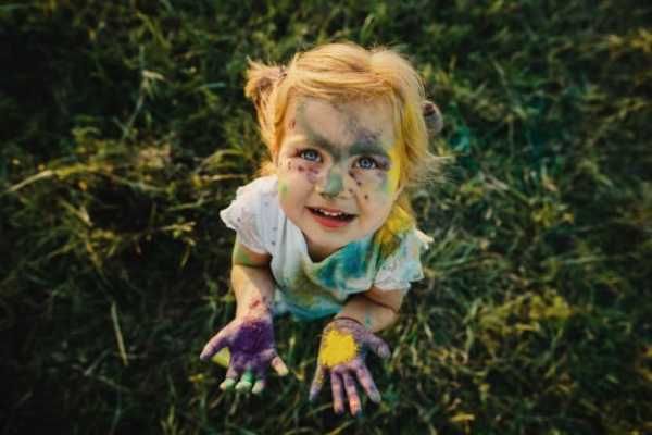 criança melada de tinta