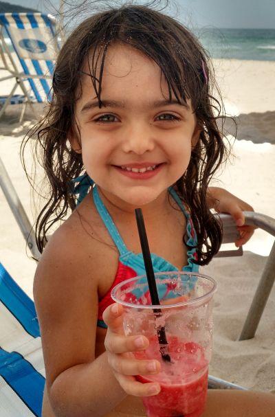 Catarina e seu suco preferido: melancia!