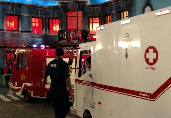 O carro do Corpo de Bombeiros e a ambulância