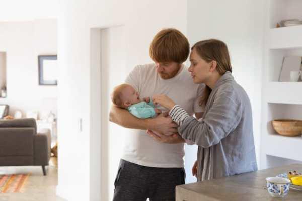 pais preocupados com bebê chorando