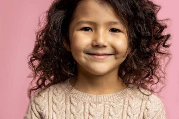 menina de cabelo cacheado