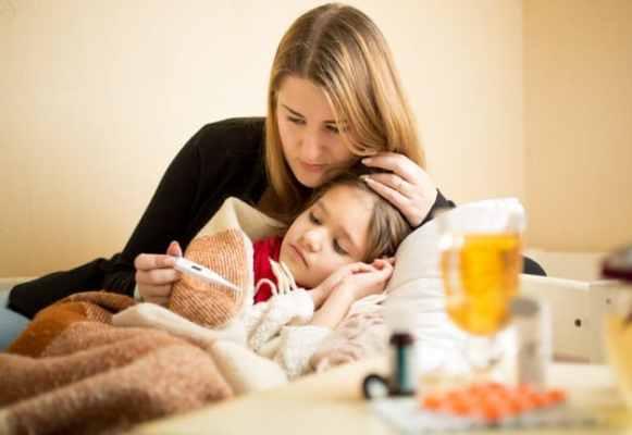 mãe medindo a temperatura da filha