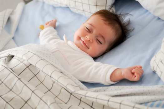 bebê dormindo sorridente