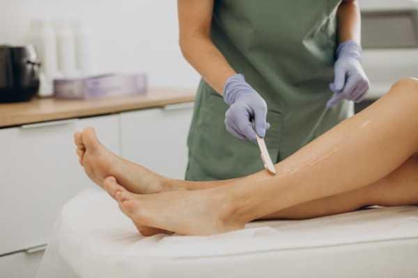 mulher fazendo depilação
