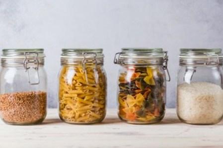 alimentos armazenados em potes herméticos