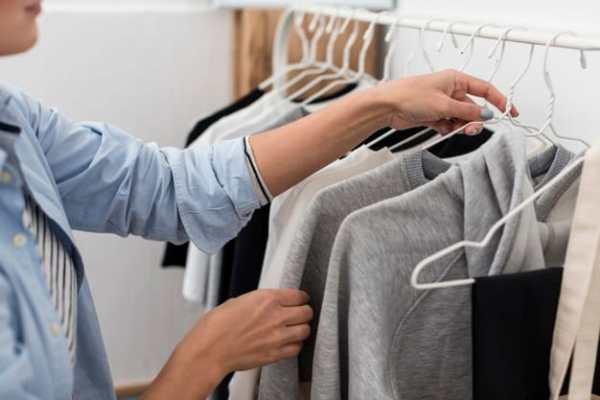 organização de roupas em cabide
