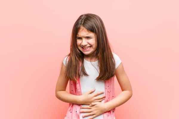 criança com dor de barriga