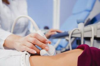 médico realizando ultrassom