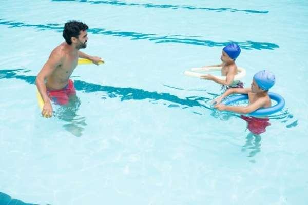 crianças fazendo atividade na piscina
