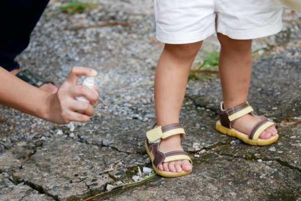criança usando repelente