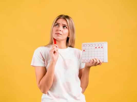 mulher analisando o ciclo menstrual