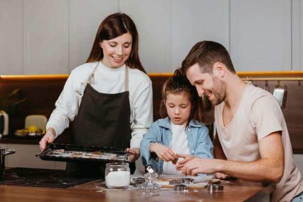 pais cozinhando com a filha