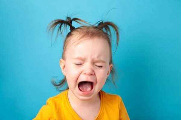 criança irritada chorando
