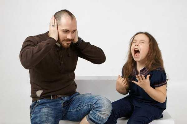 criança gritando ao lado do pai