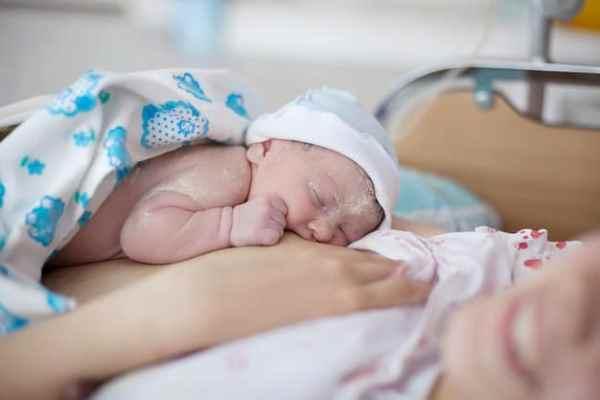 recém-nascido amamentando após nascimento