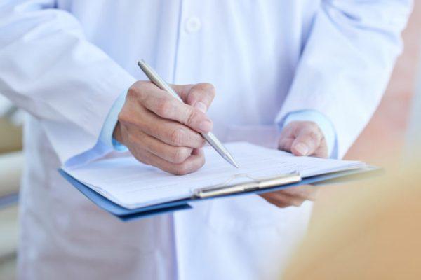 pediatra anotando em prancheta