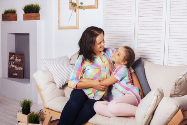 Mãe conversando sobre pai depois de separação dos pais