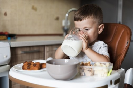 criança bebendo leite
