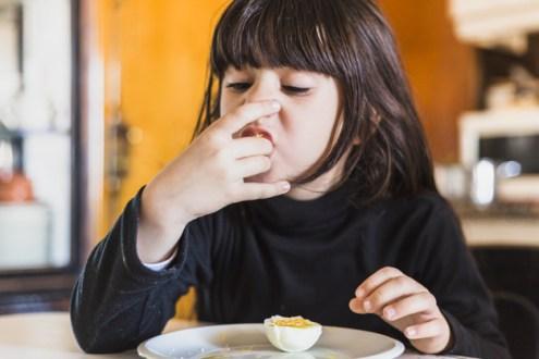 menina-comendo-ovo