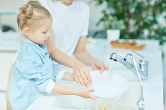 criança lavando as mãos