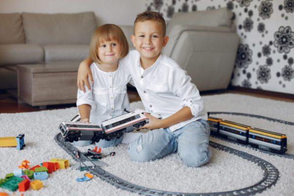 duas crianças brincando de trem