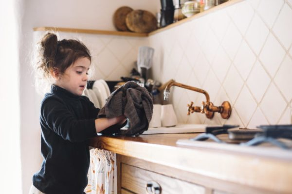 Criança secando louça