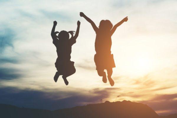 duas crianças pulando