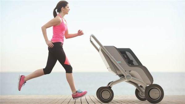 mulher correndo com carrinho Smartbe a acompanhando