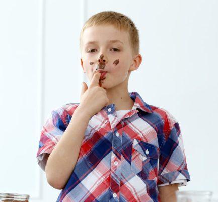 criança menino chocolate teste de autocontrole redes sociais