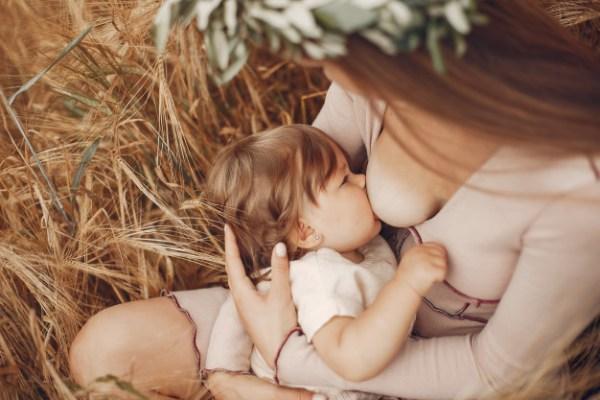 Mãe amamentando o bebê