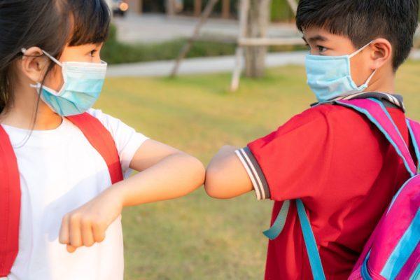 Crianças com máscara devido coronavírus