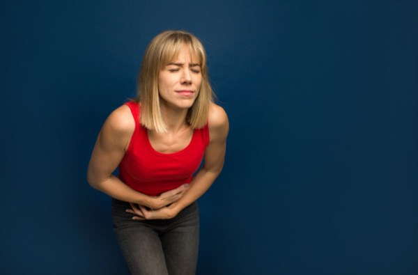 Mulher com dor na barriga