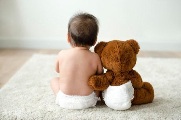 Bebê sentado com urso