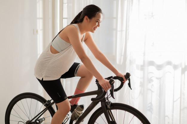 Mulher gravida na bicicleta ergométrica