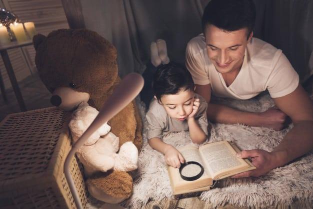 pai e filho lendo história