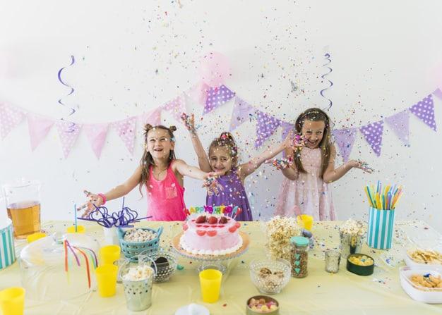 crianças comemorando