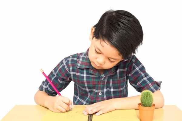 Menino escrevendo