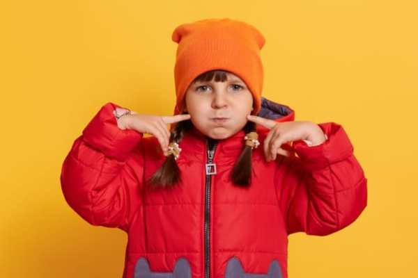 Menina com boné laranja nomes diferentes femininos