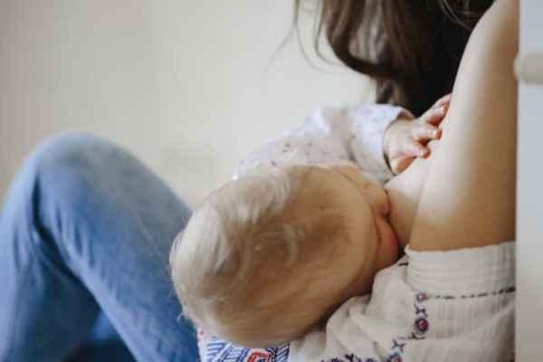 Mãe amamentando bebezinho