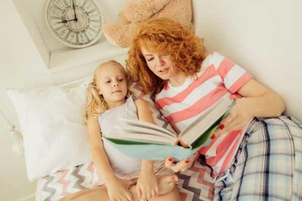Mãe contando histórias para sua filha