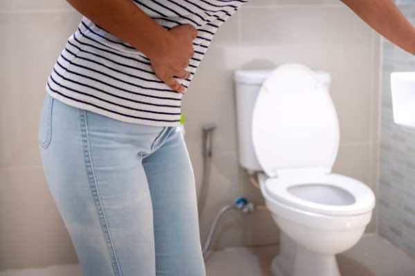 Mulher com vontade de ir ao banheiro