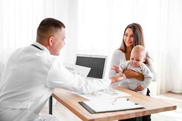 Mãe com filho em consulta com médico