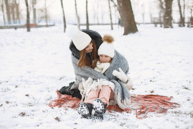 Bebês dormem na neve