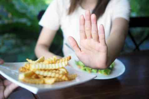 mulher negando batata frita