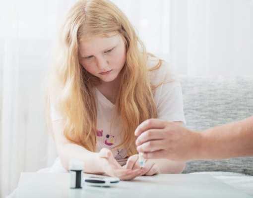 pessoa medindo nível de açúcar no sangue de uma criança