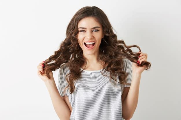 cabelo médio com cachos